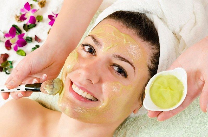 Нанеси маску на очищене обличчя на 15 хвилин. Змий водою кімнатної температури і зволож шкіру.
