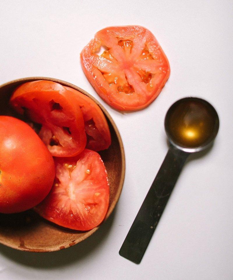 Сними с помидора кожицу, разомни мякоть и добавь остальные ингредиенты.